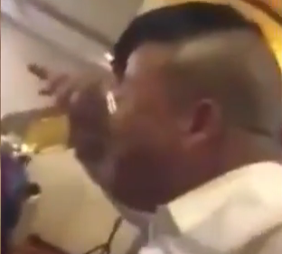 Αδειάζει ένα ποτήρι μπύρα σε 15 δευτερόλεπτα πίνοντας την με την μύτη του