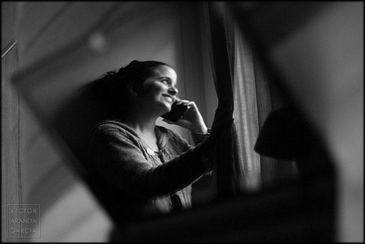 Retrato de una chica sonriendo que se refleja en una pantalla