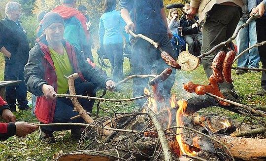 Zapłonęło ognisko, rozpoczęła się biesiada.