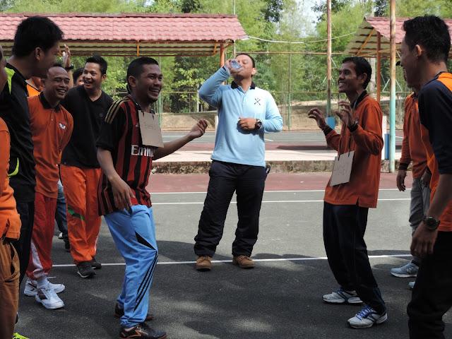 Ketawa gila, bersama trainer outbond di Rindu Sempadan