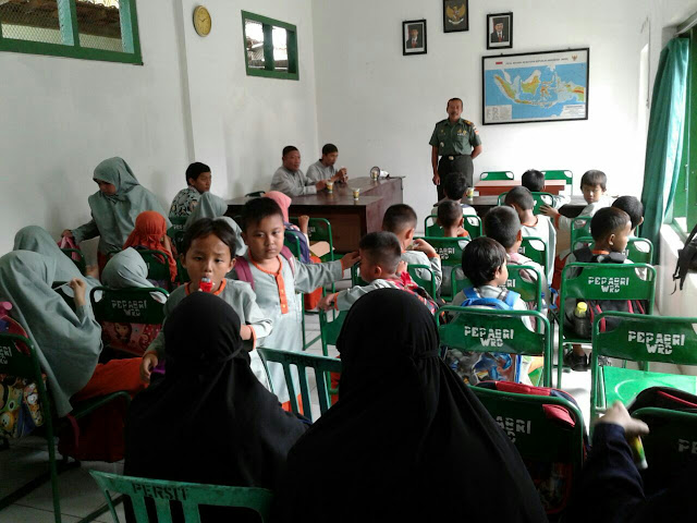 Guru SD Islam Kutab Kunjungi Koramil 10 Wiradesa
