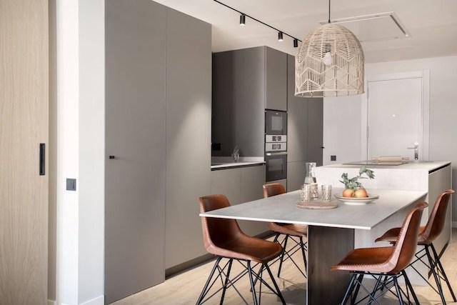 Cocina con isla y mesa de comedor integrada, con mobiliario a medida.