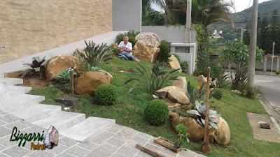 Bizzarri, da Bizzarri Pedras, fazendo os arremates finais na execução do paisagismo com pedras ornamentais com o gramado se firmando. 20 de março de 2017.