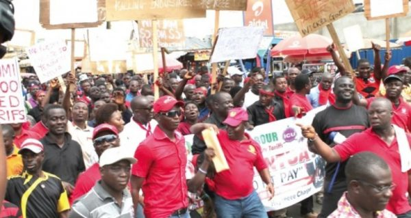 30,000 teachers on strike over pay rise