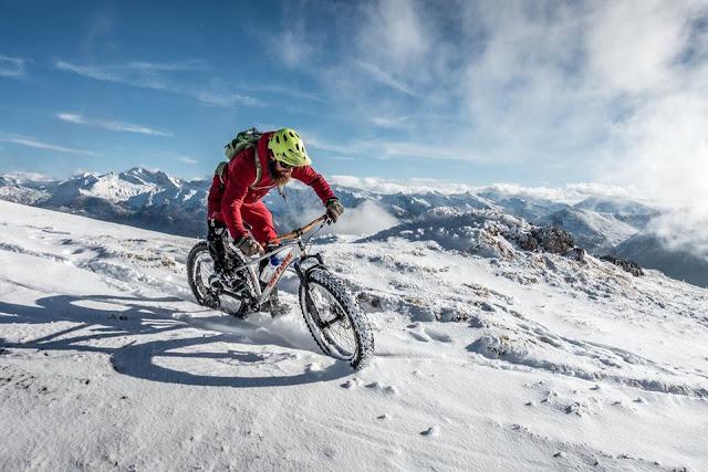 Fat Bike Abfahrt im Winter auf Schnee Blaser Steinach