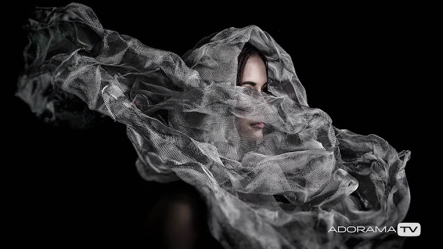 How Mark Wallace uses a metal screen to create texture in his portraits