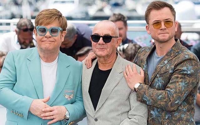 Taron con Sir Elton John y Bernie Taupin en Cannes