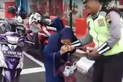 Ibu ini menggigit tangan Polisi ketika akan ditilang, karna tidak menggunakan Helm