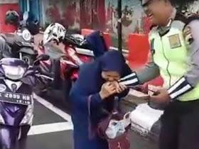 Ibu ini menggigit tangan Polisi ketika akan ditilang, karna tidak menggunakan Helm - Responsive Blogger Template