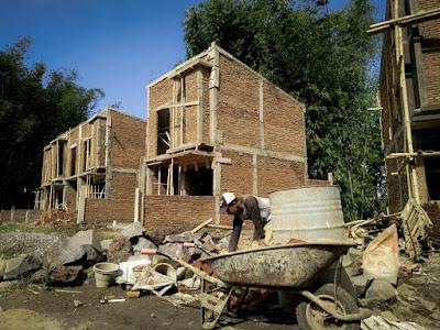 Para pekerja pembangunan perumahan Exotic Panderman Hill terus giat bekerja.