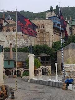 9638 - Σήκωσαν μαύρες σημαίες στην Ιερά Μονή Δοχειαρίου. «Έξω οι Αντίχριστοι από το Άγιον Όρος»