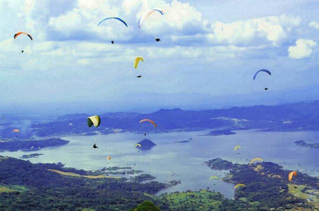 Kegiatan Paralayang di Batudua, berlatar Waduk Jatigede