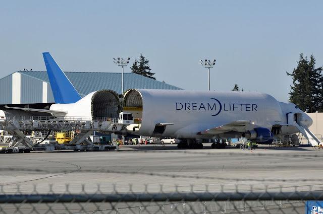 Boeing Dreamlifter'e kargo yüklemesi yapılıyor.
