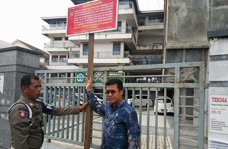 """STIKES Ranah Minang Dipasang Plang Belum Lunas PBBP2, King Chorcil """"Mambana"""" kepada Adib Alfikri"""