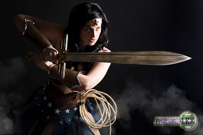 Meagan Marie Wonder Woman con espada.