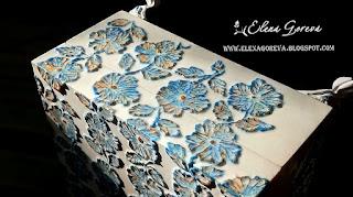 Шкатулка. Роспись текстурной пастой. Белая с сине-золотыми цветами