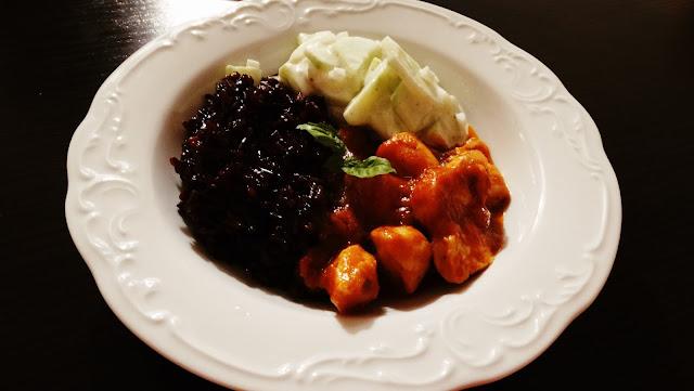 Kurczak w sosie curry z czarnym ryżem