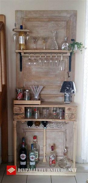 creado este mueble tan curioso un mueble armar que utiliza como base una puerta reciclada en la cul se han instalado unos estantes hechos con palets - Estanterias Hechas Con Palets