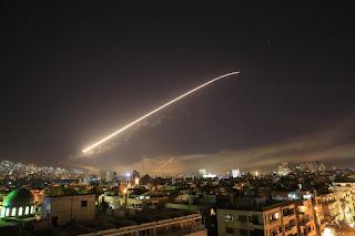 Síria contra-ataca e derruba 13 mísseis lançados pelos EUA, diz TV