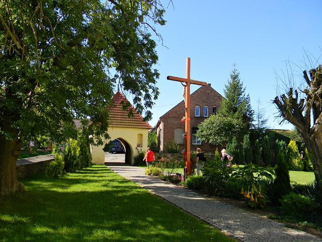 Kościół św. Jerzego w Mirocinie Górnym posiada piękne, zadbane otoczenie.
