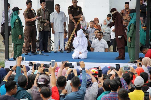 Tersangka PSK online di Aceh yang menjalani hukuman cambuk disaksikan ribuan warga.