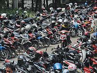 Awas..! Jangan Letakkan Helmmu di Spion Sepeda Motor