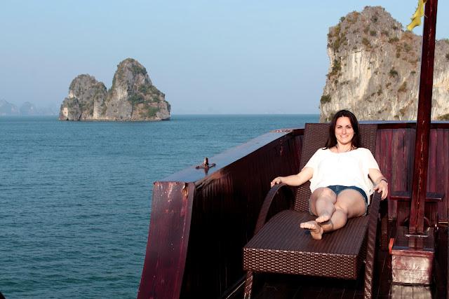 Lena tumbada en una hamaca en la bahía de Halong