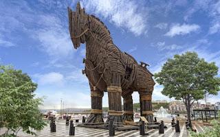 Wisata Kaya Sejarah Patung Kuda Troya