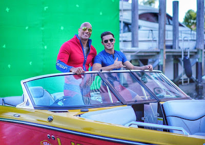Dwayne Johnson şi Zac Efron în filmul Baywatch 2017