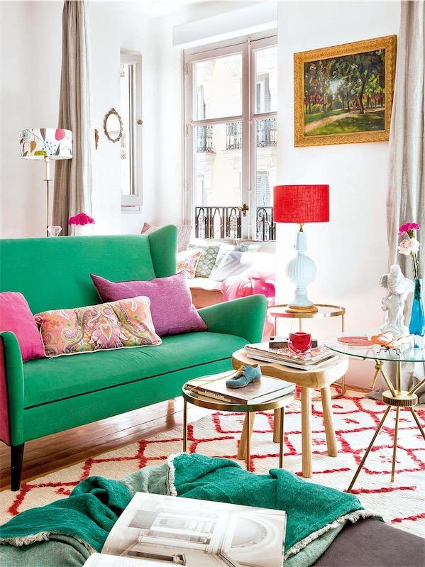 sofa tapizado en verde y fresa chicanddeco