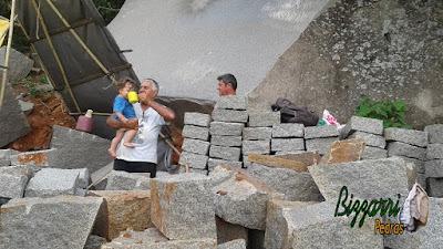 Bizzarri, da Bizzarri Pedras, com seu neto Theo, escolhendo as pedras folhetas para poder fazer os caçamentos de pedra, paredes de pedra, revestimento de pedra. Amo procurar essa pedra pois já vejo ela em cada trabalho com pedra que vou executar.