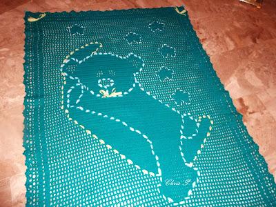 παιδικη κουβερτα πλεγμένη με βελονάκι εχει σχεδιο ενα αρκουδακι και ειναι σε τονο πρασινο το χρωμα της