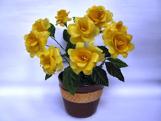 Bunga Mawar Kuning Dari Kantong Kresek Bekas