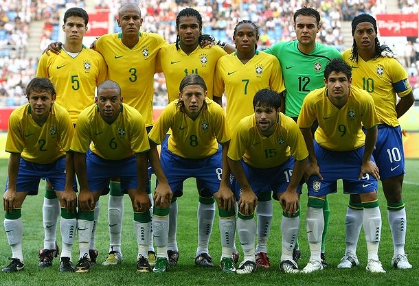3daa699557282 Os Jogos Olímpicos de Pequim em 2008 foram marcados por polêmica sobre os  uniformes. O Brasil estreou com a camisa produzida pela Nike idêntica à da  seleção ...
