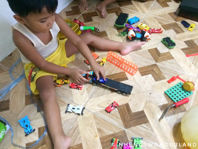 kid-playing-toys