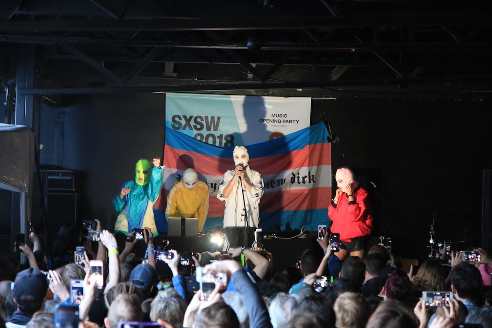Com bandeira trans, Pussy Riot faz show com protesto no South by Southwest