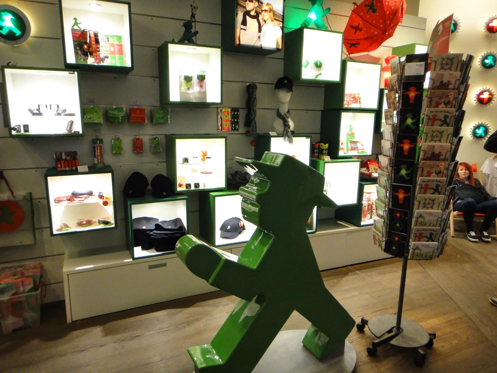 小羊逛世界 : 德國│ 柏林的歷史氣味(4) 在哈克雪遇見小綠人: Ampelmann shop