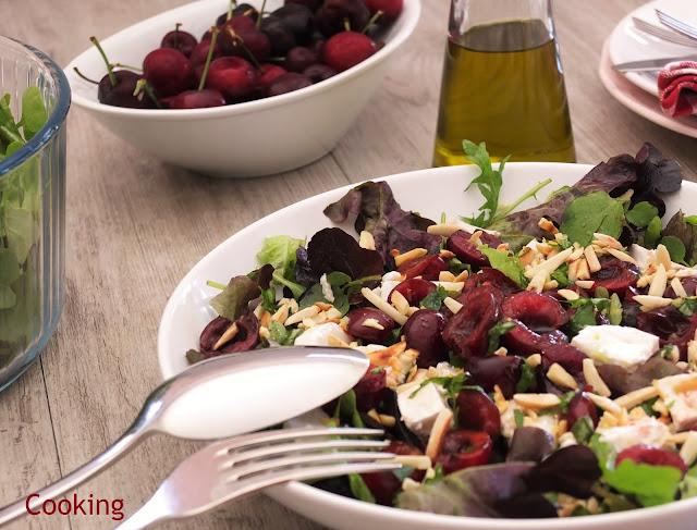 Salada de queijo de cabra com cerejas e amêndoas, aromatizada com limão e manjericão.