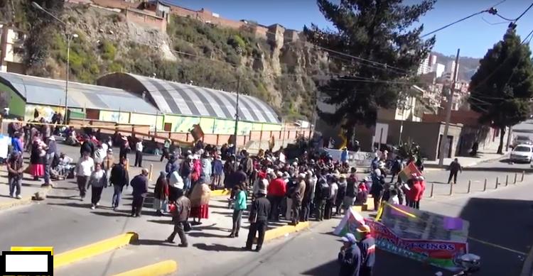 Las principales vías y calles de la ciudad fueron bloqueadas desde primeras horas de la mañana