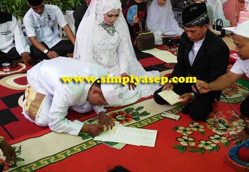 BUKU NIKAH :  Setelah sah dinyatakan sebagai pasangan Suami Istri, maka proses selanjutnya adalah penandatanganan berita acara dan buku nikah.  Foto Asep Haryono