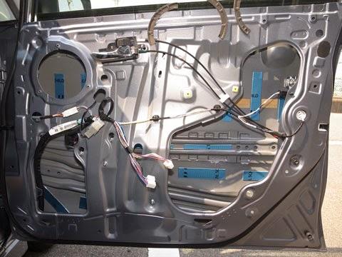 LA100Sムーヴカスタムフロントドアデッドニング パーツクリーナーで脱脂し、左右のドアでレアルシルト制振材が同じ位置に同じ分量貼れる様に貼付けて行きます。