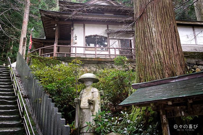 escalier, statue et silhouette du temple Sanbutsu ji