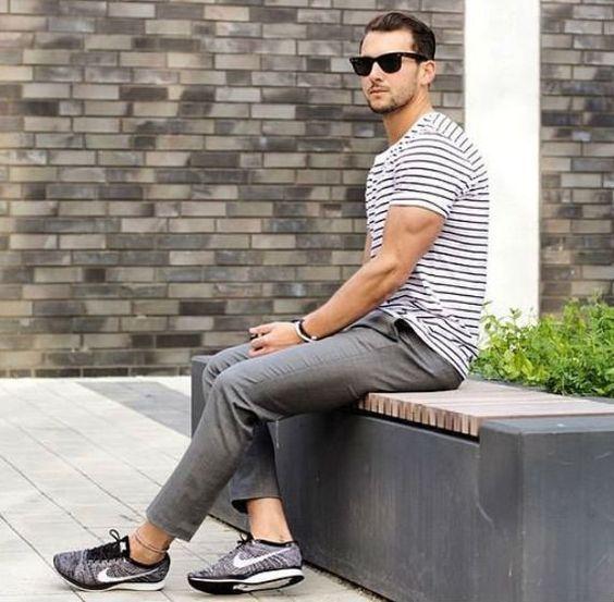 Look Masculino Listrado com calça cropped e tênis esportivo nike