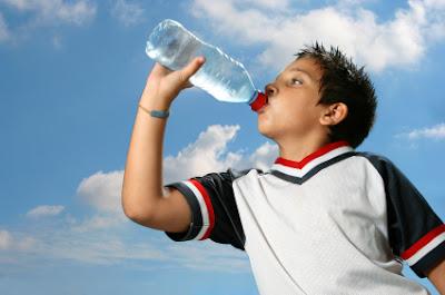 bocah sedang minum