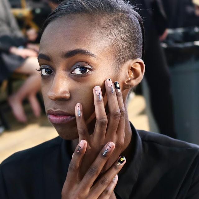 Efeito de shadow nails dá cara moderna e minimalista para as unhas e é perfeita para um evento mais despojado como um festival de música ou uma