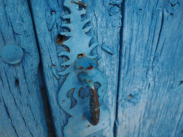 Detalle de una puerta de madera azul