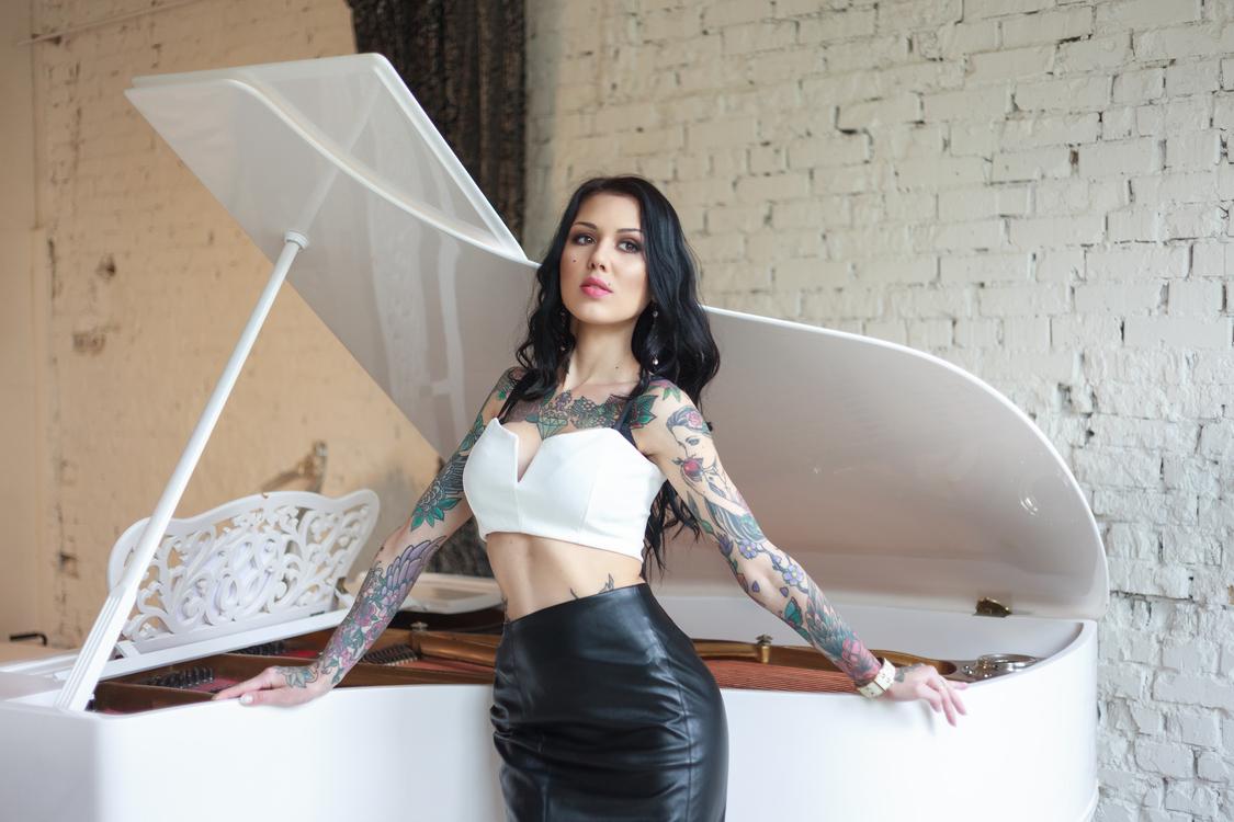 sexy Frau aus Russland mit Tätoweirungen: Lorena im Ledermini Rock