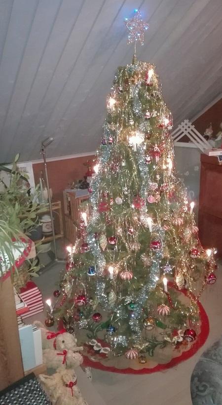 täyteen koristeltu kuusipuu