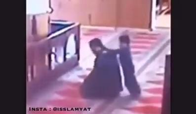 [Video] Diganggu Anak Saat Salat, Liat Reaksi Pria ini Sungguh Mengharukan