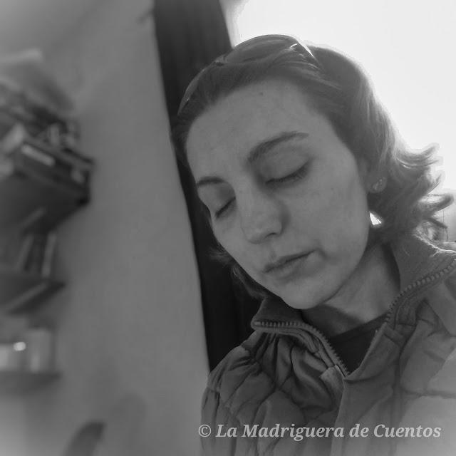 Imagen en blanco y negro de Alejandra (@lamadrigueraale) en su habitación, muy triste. muy